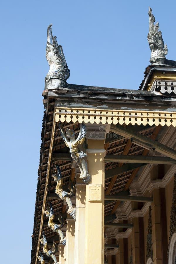 Взгляд высекаенной и покрашенной крыши garuda распарывает на Wat Kandal стоковые изображения rf