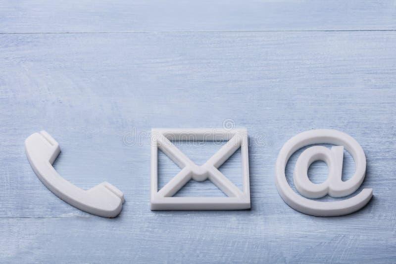 Взгляд высокого угла значков телефона, электронной почты и столба стоковые изображения