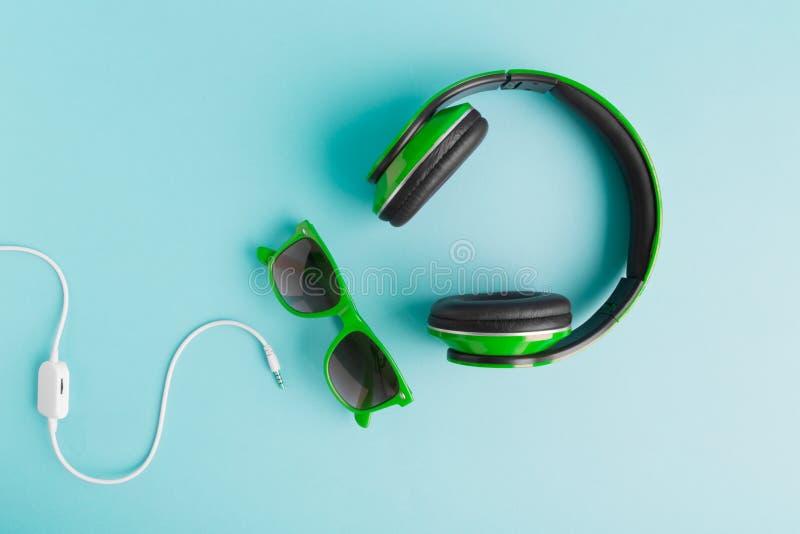 Взгляд высокого угла наушников, солнечных очков и концепции музыки кабеля творческой стоковые фото