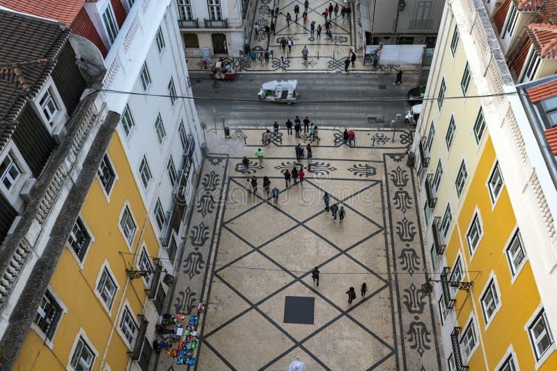 Взгляд высокого угла пешеходов на улице Лиссабона стоковая фотография