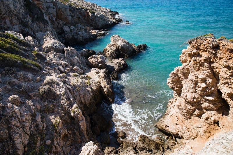 взгляд высокого угла скалистых морского побережья и волн на солнечном дне, fethiye, индюке стоковое фото rf