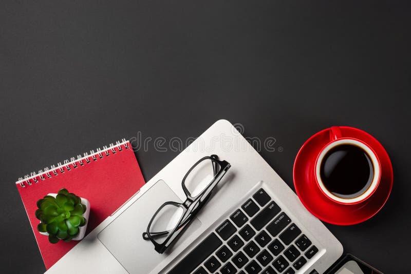 Взгляд высокого угла стола бизнесмена с организатором, ручкой, стеклами и ноутбуком Взгляд сверху стоковое изображение rf