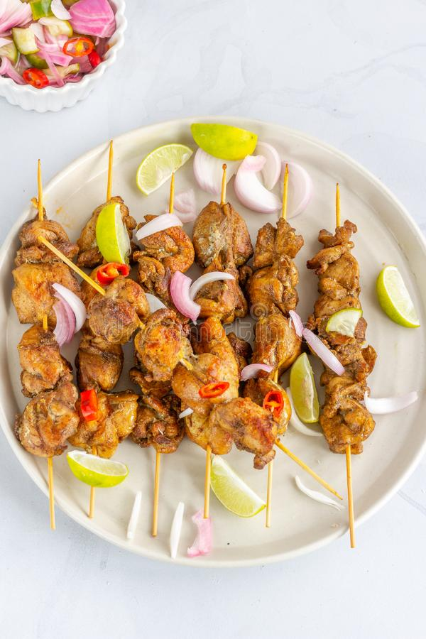 Взгляд высокого угла цыпленка Satay с индонезийская соуса и салата арахиса популярная и тайская закуска Тайская кухня, восточная  стоковые фотографии rf