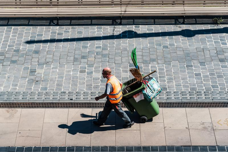 Взгляд высокого угла человека отброса на улице стоковые фотографии rf
