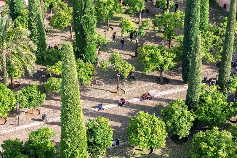 Взгляд высокой точки на зеленом саде исторического Mesquita в Cordoba Ослаблять людей на открытом воздухе в Андалусии, Испании стоковая фотография