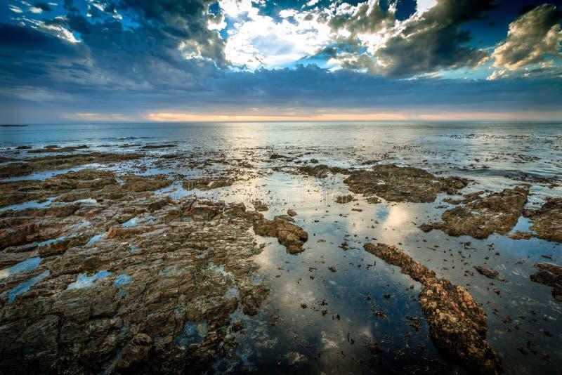 Взгляд в Атлантический океан от прогулки пункта Mouille в Кейптауне, Южной Африке стоковые фотографии rf