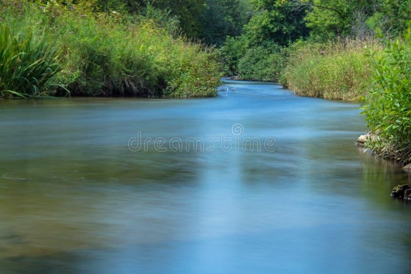 Взгляд в верхней части потока долгой выдержки дневного времени реки кредита стоковые изображения rf