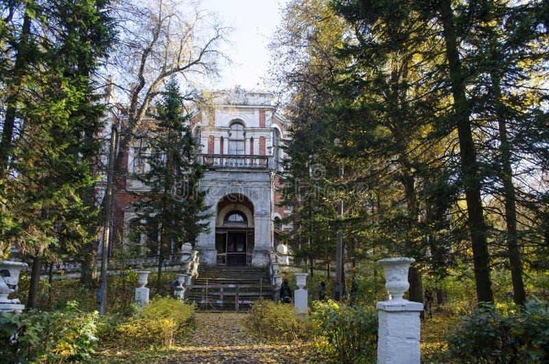 Взгляд главного дома имущества Bykovo в области Москвы осени стоковые изображения rf