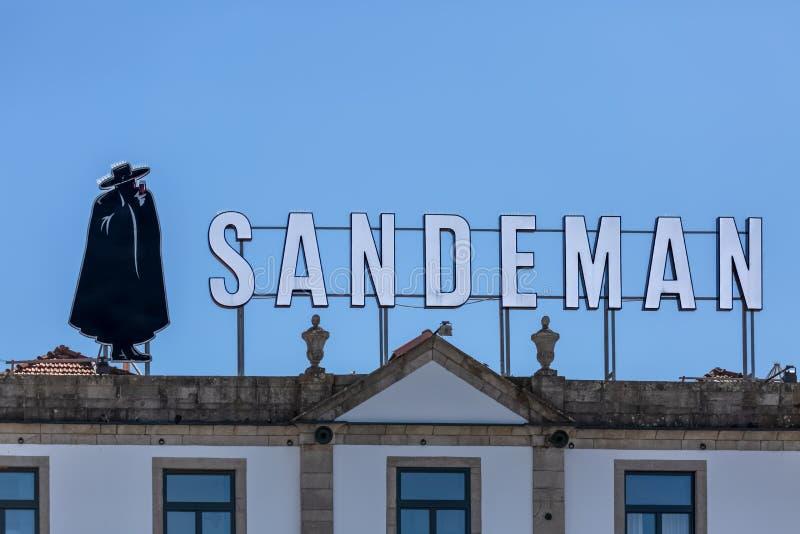 Взгляд главного façade традиционного португальского городского здания на городе Gaia с брендом вина Порту на верхней части крыши стоковые фото