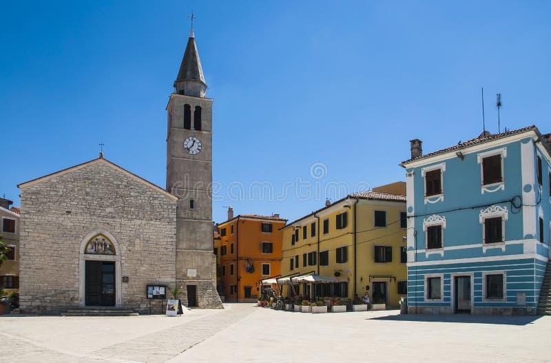 Взгляд главной площади в Fazana Fasana, малом среднеземноморском городке в Хорватии стоковые фото