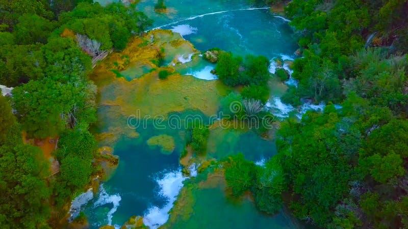 Взгляд глаза птицы Хорватии, Европы; Последний солнечный свет освещает вверх чистый водопад воды на национальном парке Plitvice К стоковое изображение