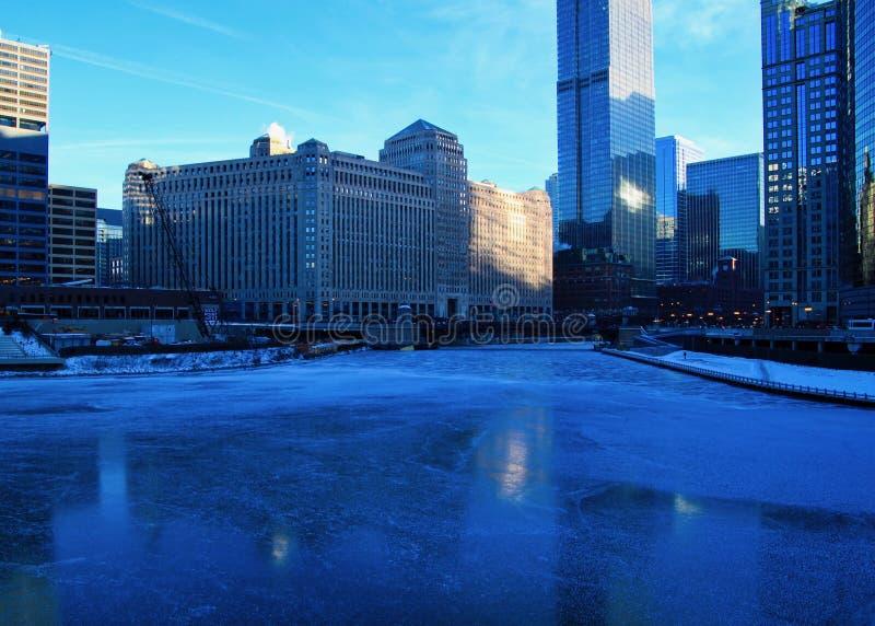 Взгляд голубого и холодного утра зимы в Чикаго с отражениями на замороженной Реке Чикаго стоковая фотография rf