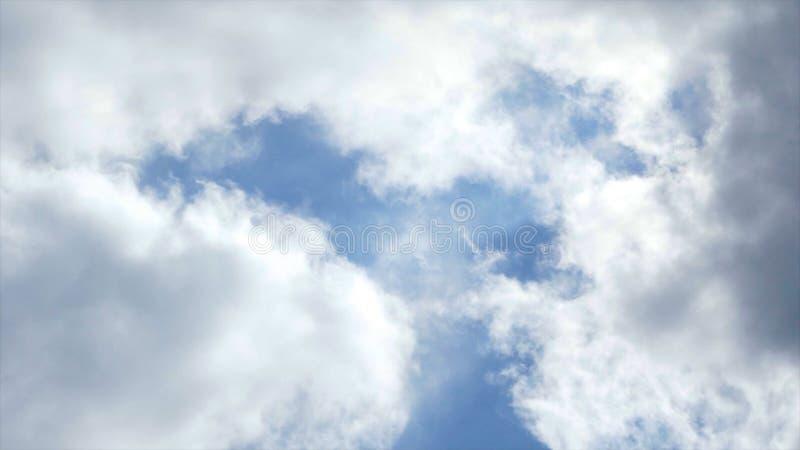 Взгляд голубого неба с облаками плавая на его E Красота и погружение в сини неба с небольшими облаками кумулюса стоковые фотографии rf