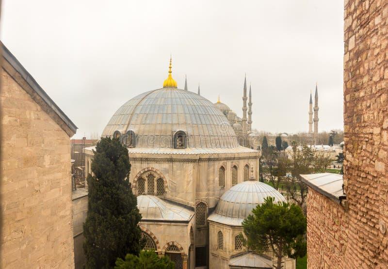 Взгляд голубых куполов мечети и Hagia Sophia от Hagia Sophia, греческой правоверной христианской патриархальной базилики, церков  стоковые фотографии rf