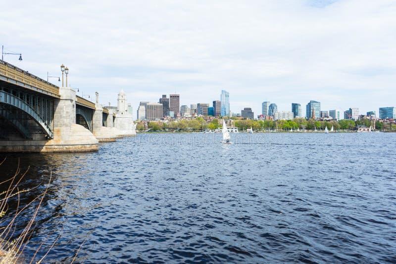 Взгляд горизонта Бостон от воды на стороне Кембриджа стоковая фотография rf