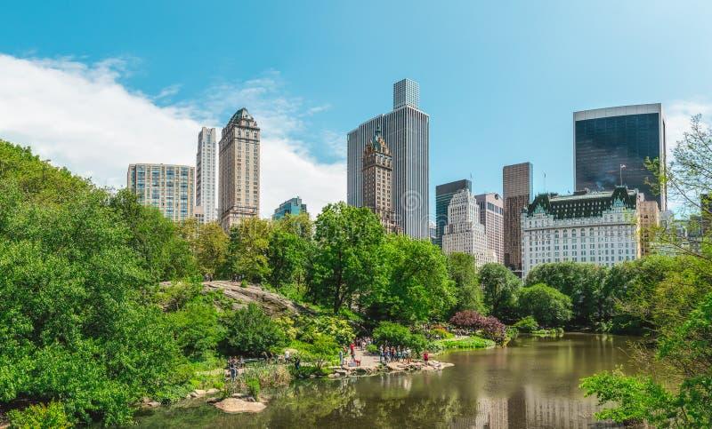 Взгляд горизонта Манхэттена панорамного вида от центрального парка города Нью-Йорка стоковые фотографии rf
