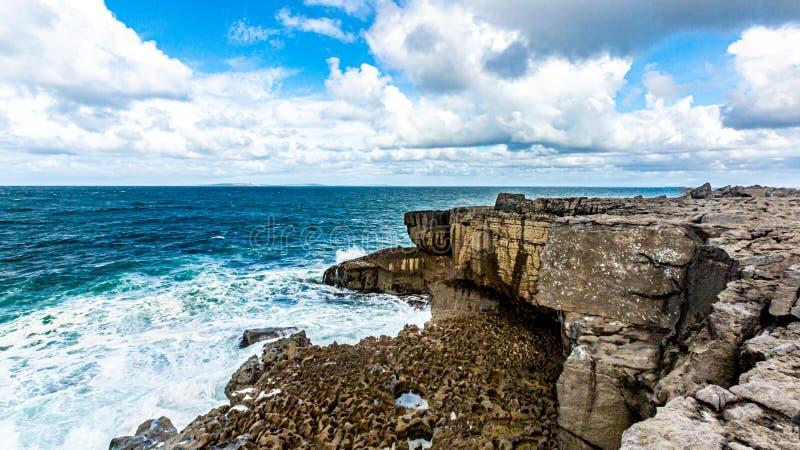 Взгляд горизонта над морем от прибрежной скалы известковых скал стоковое изображение rf