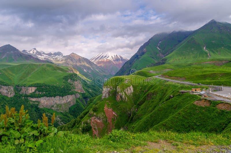 Взгляд горных пиков в раннем утре стоковые фотографии rf