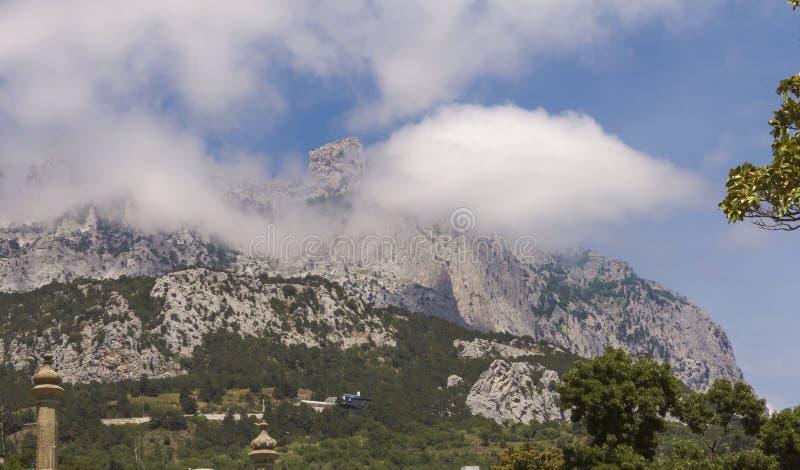 Взгляд горных пиков AI-Petri против голубого неба и белых облаков Крым стоковое изображение