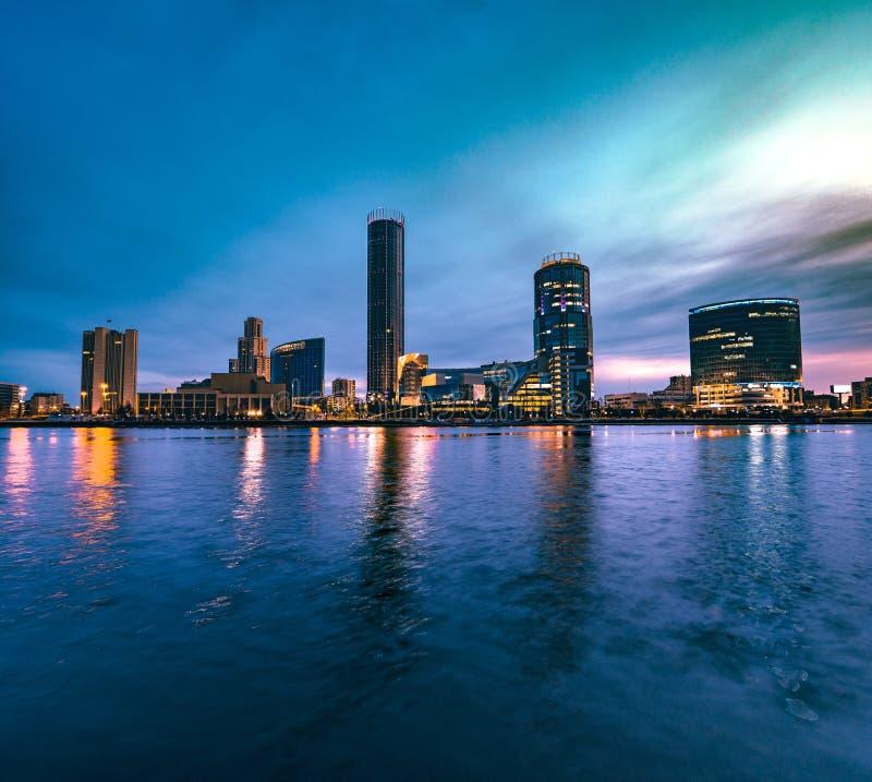 Взгляд города Екатеринбурга и реки Iset ночью стоковое фото