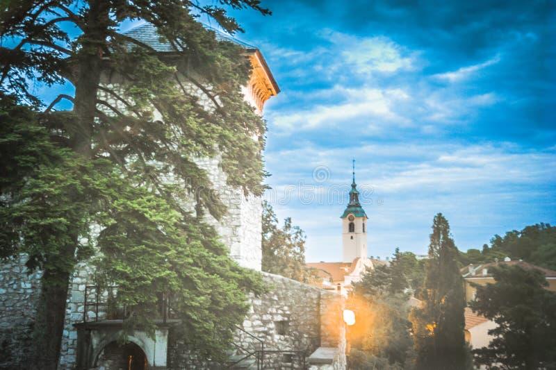 Взгляд города и церков от замка Trsat с ярким уличным фонарем стоковая фотография