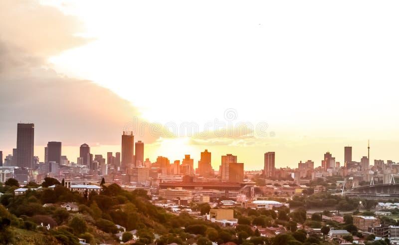 Взгляд города Йоханнесбурга на заходе солнца стоковые изображения