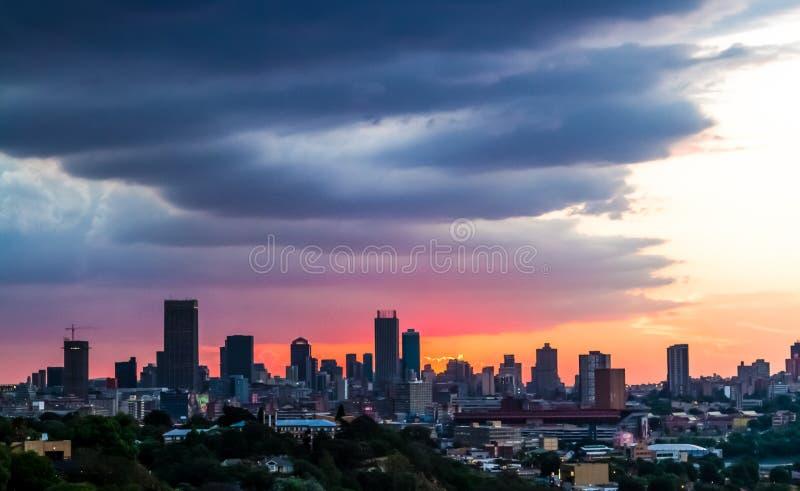 Взгляд города Йоханнесбурга на заходе солнца стоковые фото