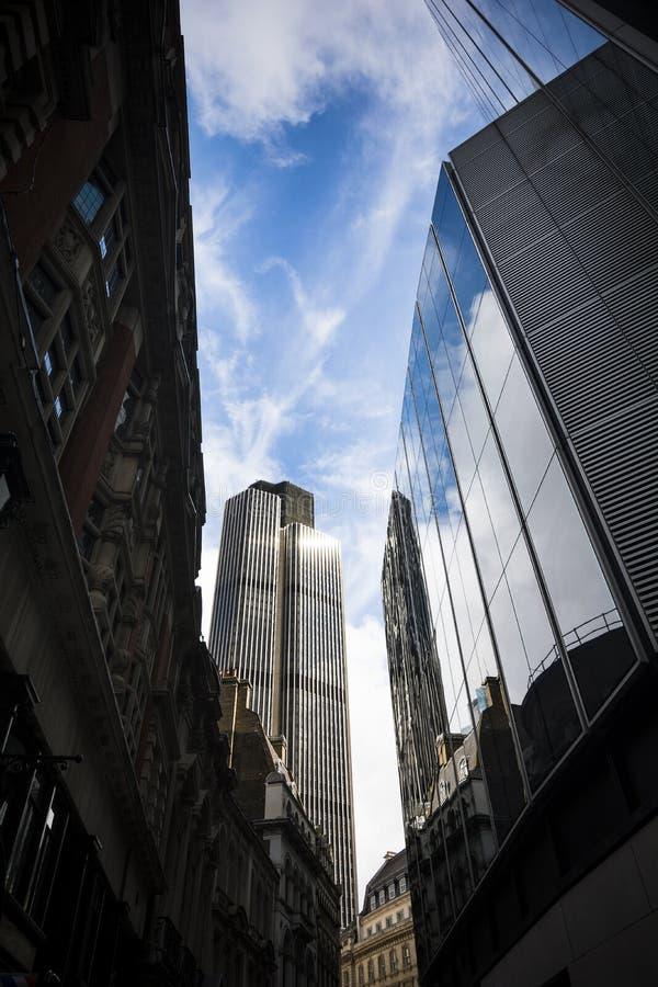 Взгляд города Лондона с небоскребом и отражениями стоковое фото