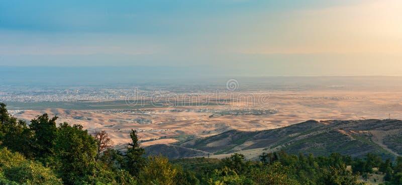 Взгляд города от верхней части горы стоковое изображение rf