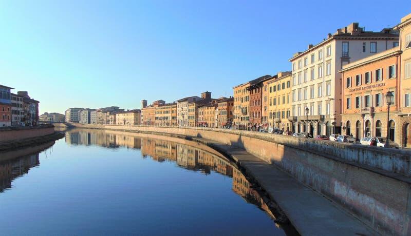 E Взгляд города от моста Ponte di Mezzo на River Arno стоковые изображения