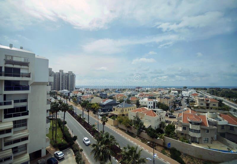 Взгляд города против моря стоковые фотографии rf