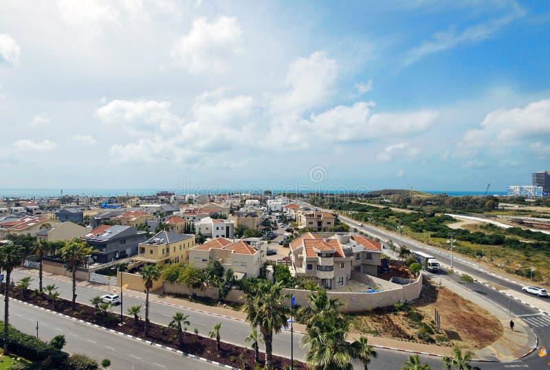 Взгляд города против моря стоковые фото