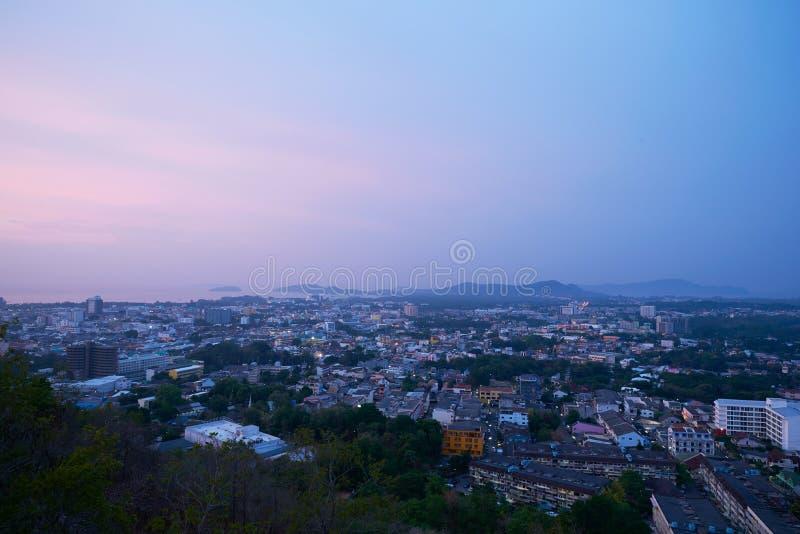 Взгляд города Пхукета от Khao звенел в утре стоковые фото