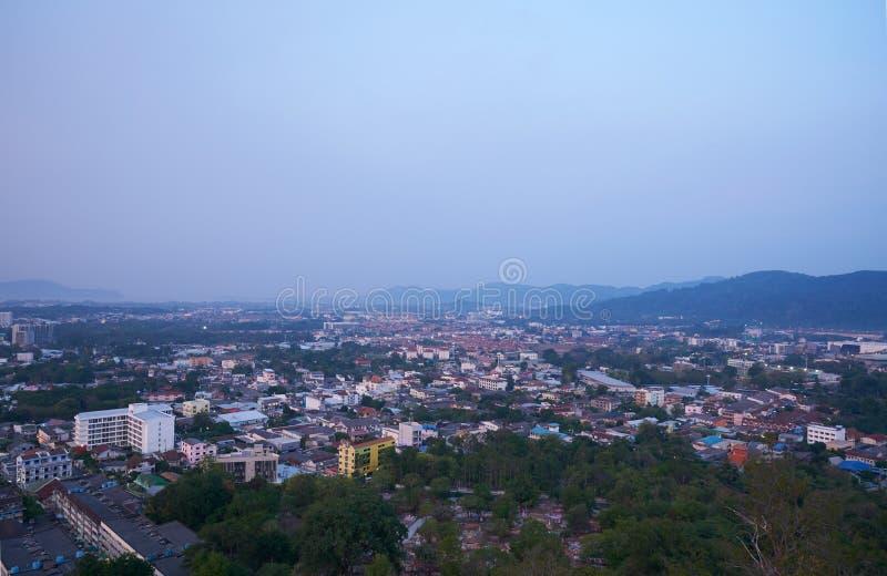 Взгляд города Пхукета от Khao звенел в утре стоковое фото