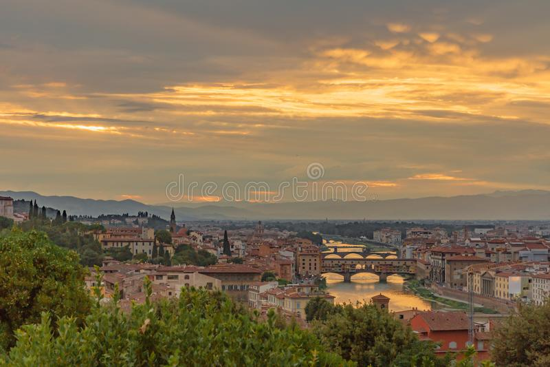 Взгляд города Флоренс, Италии под заходом солнца, осмотренным от Pi стоковое изображение