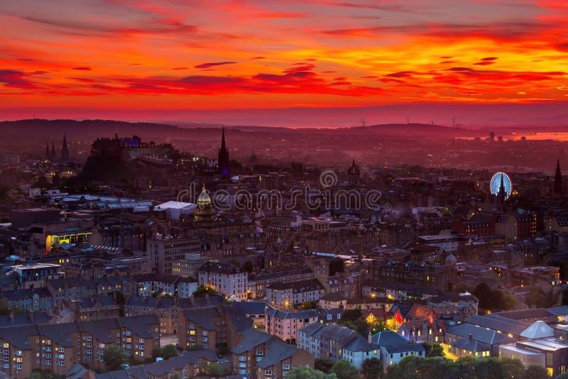 Взгляд города Эдинбурга с красивым оранжевым небом захода солнца стоковая фотография rf