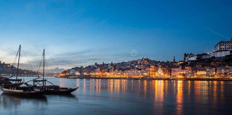 Взгляд города poto вечером с классической шлюпкой rabelo стоковые изображения
