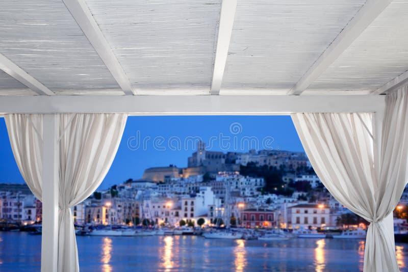 Взгляд городка Ibiza от белого gazebo стоковое изображение