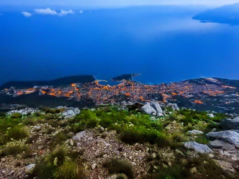 Взгляд городка Makarska в Хорватии на последнем заходе солнца стоковые изображения