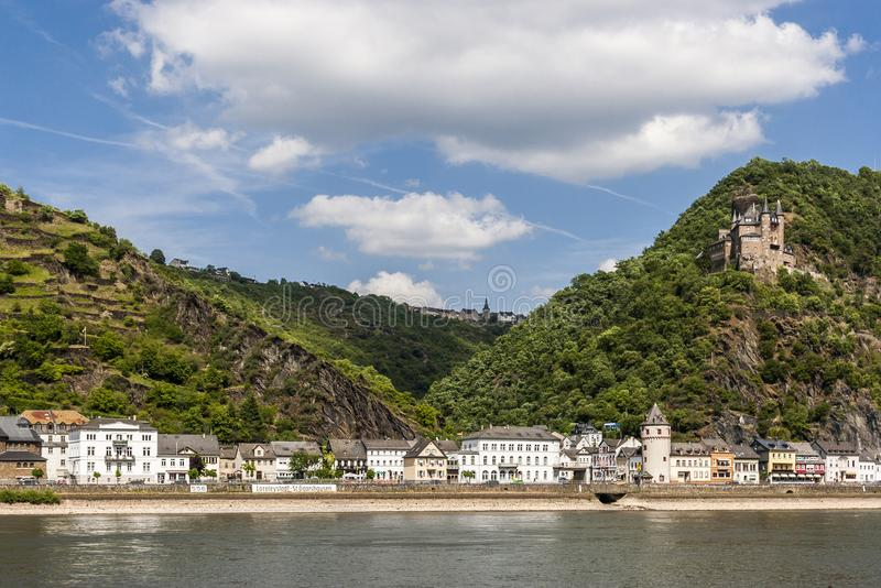 Взгляд городка St Goarshausen и Katz рокируют в Rhineland-Palatinate стоковое фото rf