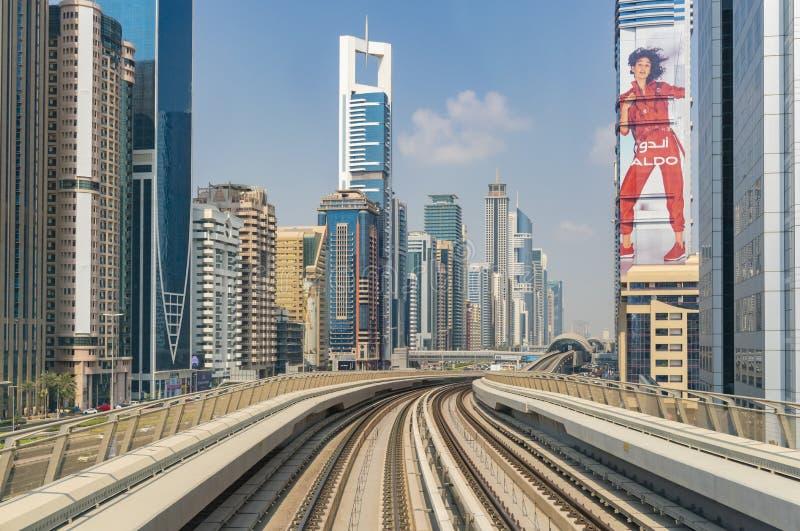 Взгляд городского Дубай от поезда метро стоковые изображения