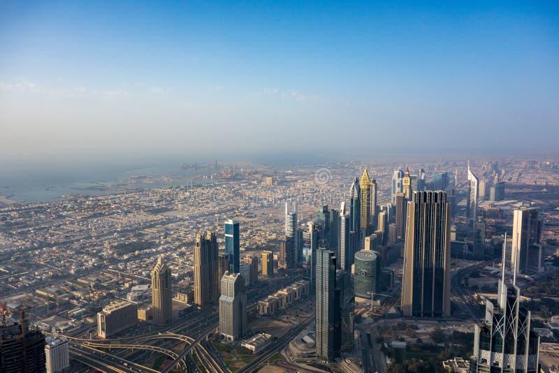 Взгляд городского Дубай от Burj Khalifa стоковые фотографии rf