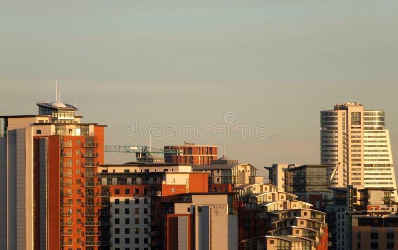 Взгляд городского пейзажа Лидса показывая современные здания и краны конструкции на заходе солнца стоковая фотография rf