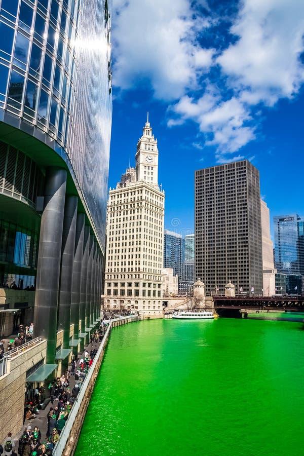 Взгляд городского пейзажа наряду с покрашенной зеленой Рекой Чикаго стоковая фотография rf