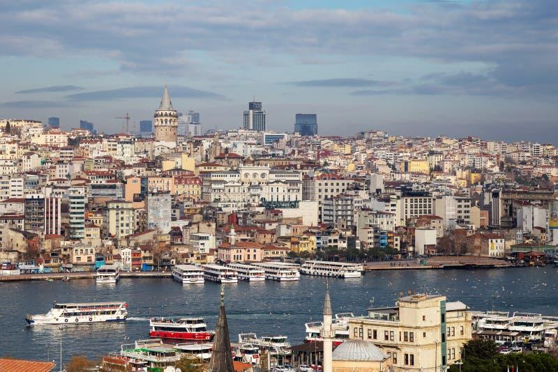 Взгляд городского пейзажа с башней Galata и золотого рожка от сада мечети Suleymaniye стоковая фотография