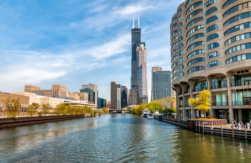 Взгляд городского пейзажа Чикаго от Рекы Чикаго, Соединенных Штатов стоковые фотографии rf
