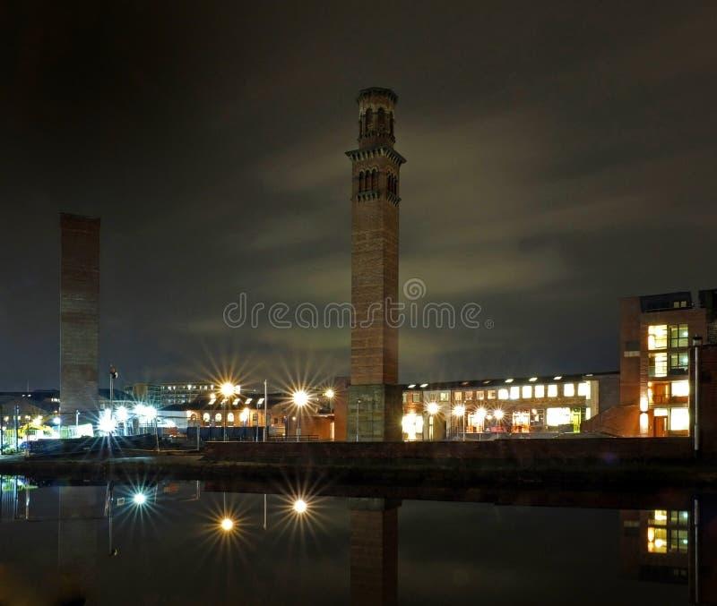 взгляд городского пейзажа holbeck на юге Лидсе показывая историческую башню работает вечером с офисным зданием и света отразили в стоковое изображение