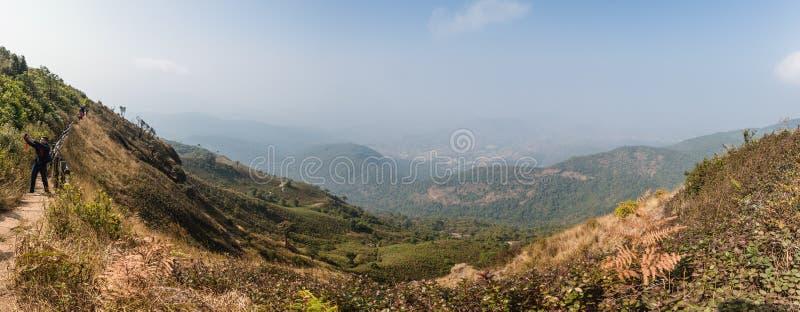 Взгляд горы панорамный с золотой травой и много гор с туманом на заднем плане на горе Ридже лотка Kew Mae стоковое фото