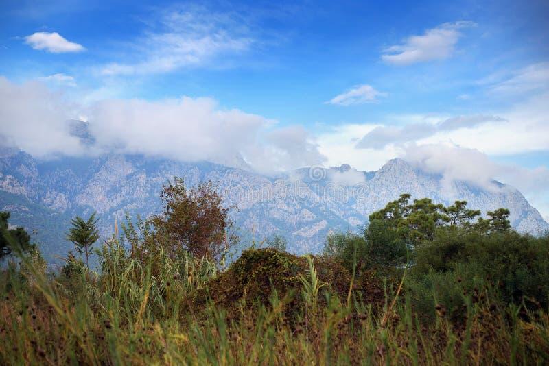 Взгляд горы через траву Облака получили вставленными на горе Турецкий ландшафт стоковое изображение