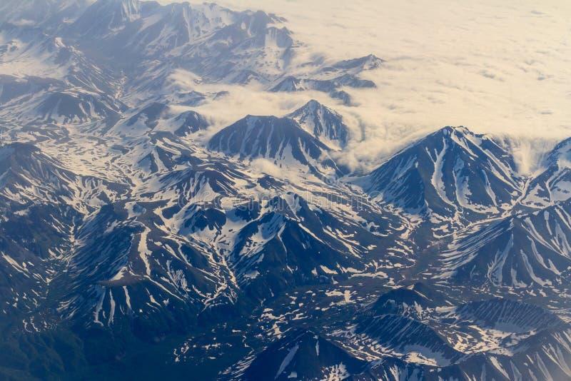 Взгляд гор Камчатка от иллюминатора самолета Держатель от высоты стоковая фотография rf